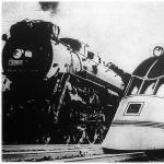 A jelen és a jövő: a Burlington-expresszvonat legerősebb gőzmozdonya átadta a hegemóniát a villámvonat fehér kocsijának, melyet elektromosság hajt.