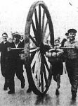 Két német ifjú csinálta ezt a két és fél méteres óriás kereket, melyet aztán szülőföldjükről Berlinbe gurítottak.