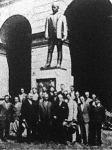 A Faluszövetség olasz tanulmányutra induló gazdaifjai Nagyatádi Szabó István budapesti szobra előtt