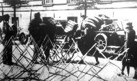 Bécsben drótakadályok előtt katonák igazoltatták a járókelőket