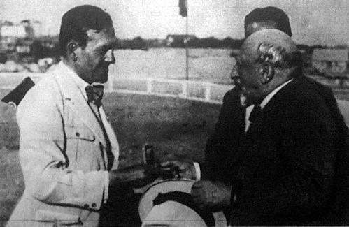 A világbajnok Papp Kálmánnak Andrássy Géza gróf adja át az aranyérmet