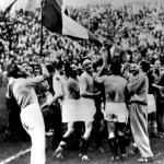 A győztes olasz csapat válukon az edző Vittorio Pozzo