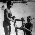 Csányi Boriska (jobbra) a Balaton-átúszás női győztese