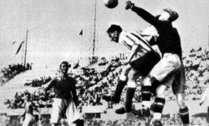 A svéd kapus Rydberg bokszolja ki a labdát az argentin De Vincenzi előtt
