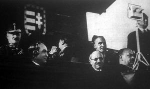 A díszpáholy közönsége köztük Gömbös Gyula miniszterelnök, aki éppen az osztrák-magyar futballmérkőzés tudósítását hallgatja fülhallgatón