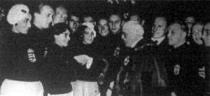 A magyar úszók Angliában. Sir Charles Truscott, London helyettes lordmayorja üdvözli a magyar úszókat és vízilabdázókat