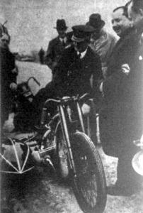 Horthy Miklós kormányzó kipróbálja Henne oldalkocsis motorkerékpárját