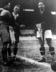 A Budapest-Párizs mérkőzés kezdete előtt a két csapat kapitánya zászlót cserél