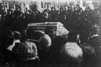 A rikkancsok százai állnak Csóti István sírja körül