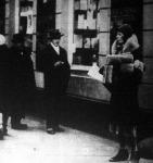 Gróf Haller Jánosné engedélyt kapott ujságárusításra és a fiatal grófné a Nemzeti Kaszinó előtt árusitja a lapokat.