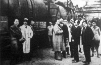 A rádió helyszíni közvetítésben ismertette, miből és hogyan készülnek a Hutter és Lever Rt. rákospalotai olaj- és szappangyárának közismert cikkei.
