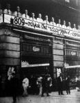 Feltűnést keltett a Corvin áruház újszerű díszítése az eladószemélyzet felnagyított fényképeivel. 809 eladó várja a vevőket.