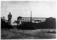 Az óbudai gázgyár kokszraktára a szállító berendezéssel és daruval együtt