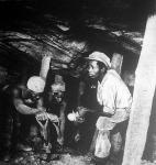 Aranybánya Dél-Afrikában. A legalsó aknában állandóan meggörnyedve dolgoznak a vájárok.