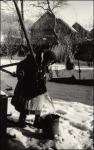 A fotós édesanyja a téli kútnál
