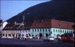 A brassói régi városközpont a Tanács térrel, háttérben a Cenk